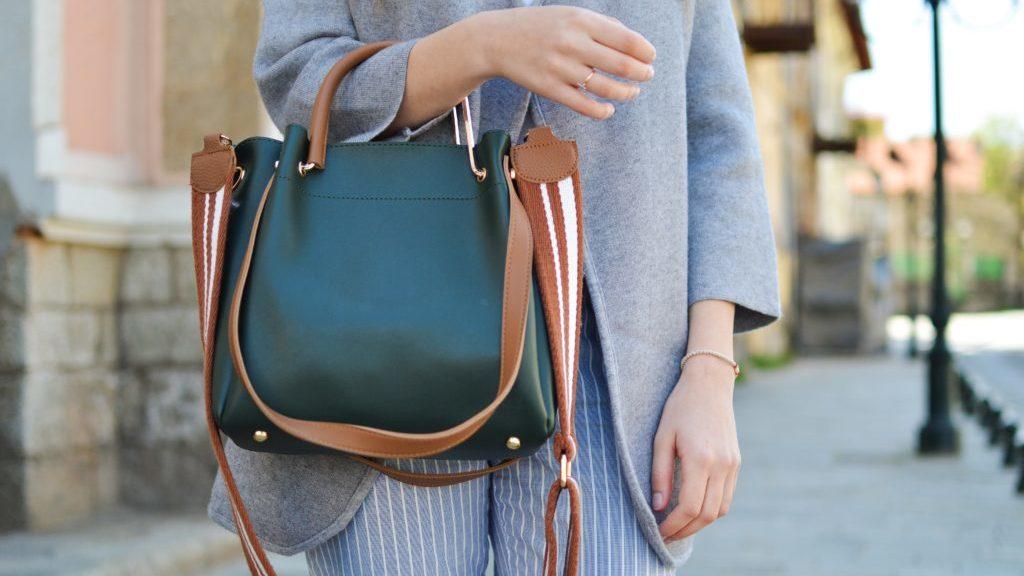 バッグを持つ女性