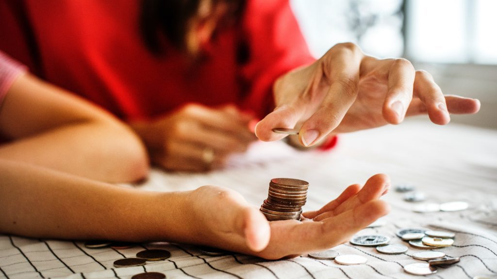 コインを数える女性