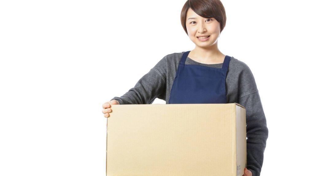 箱を持った女性