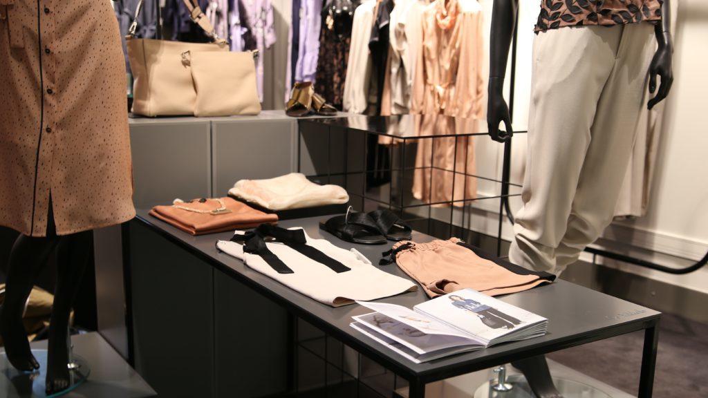 たくさんの種類の洋服がある店