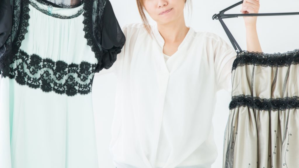 服を迷う女性