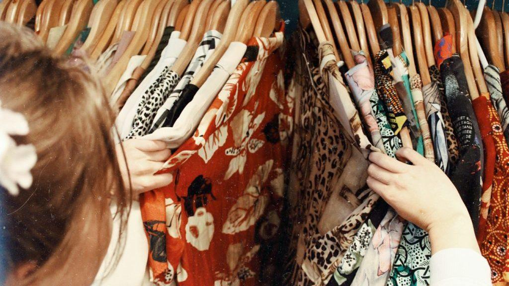 洋服を見ている女性