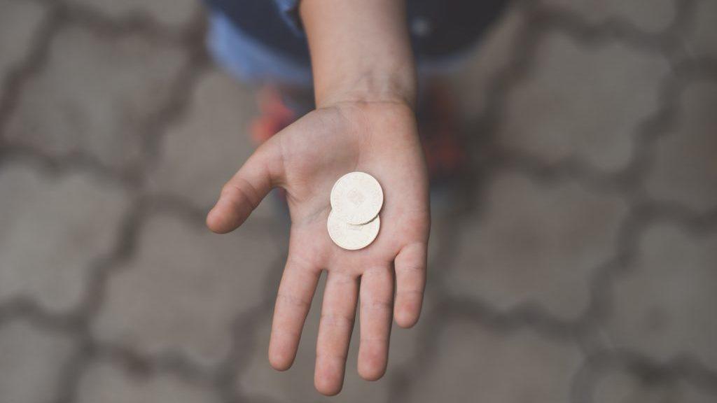 コインを持つ女の子