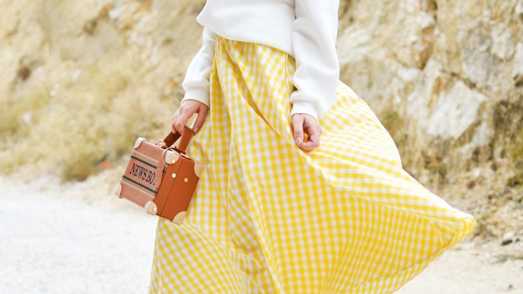 スカートを着る女性