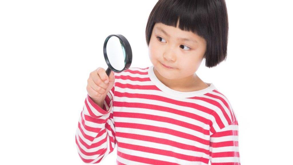虫眼鏡を持った少女