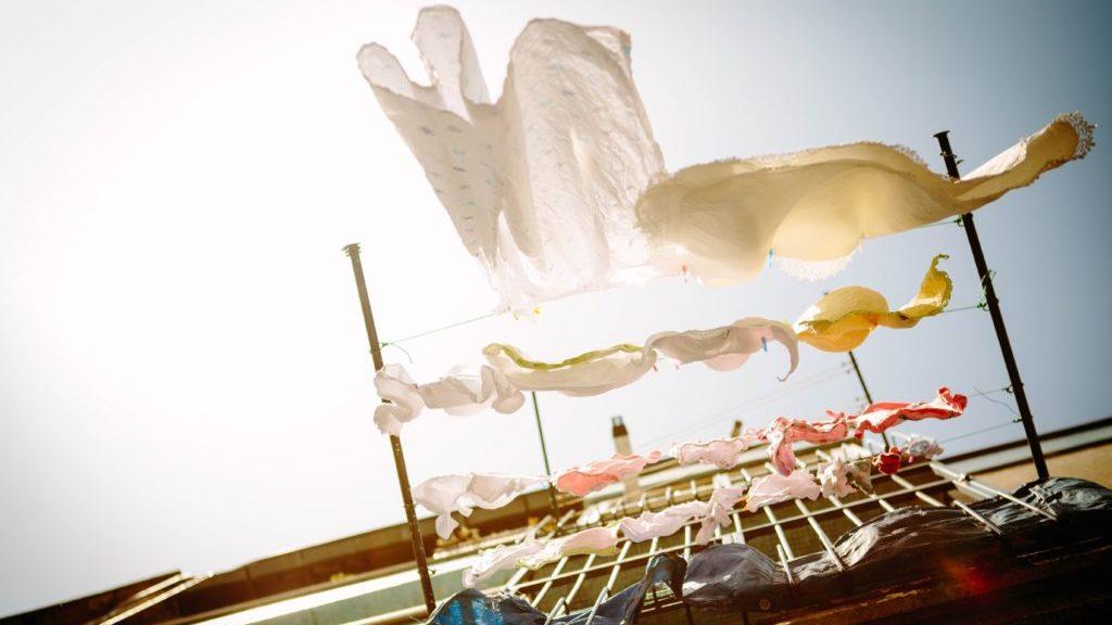 洗濯物を干している様子