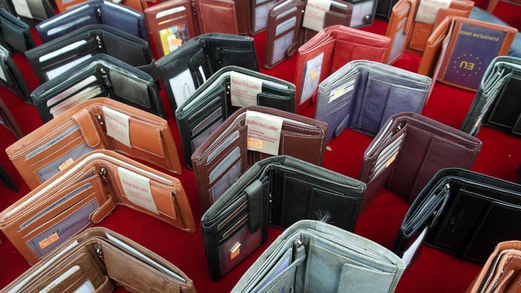 たくさん並んだ財布