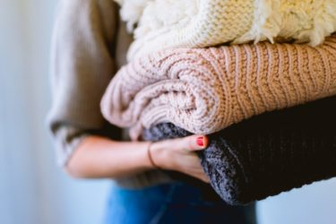 お気に入りのニットやセーターをいつまでもふわふわに!クリーニングや自宅のお手入れ方法とは!