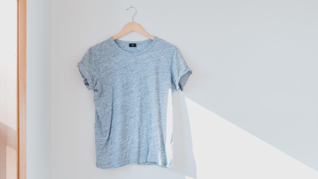 グレイのTシャツ