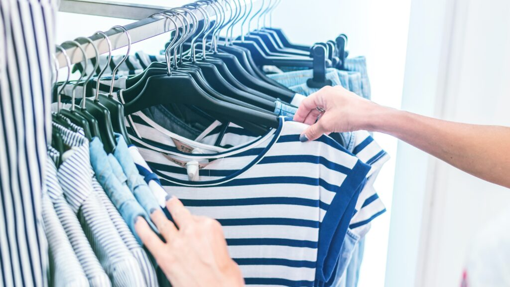 Tシャツを選んでる